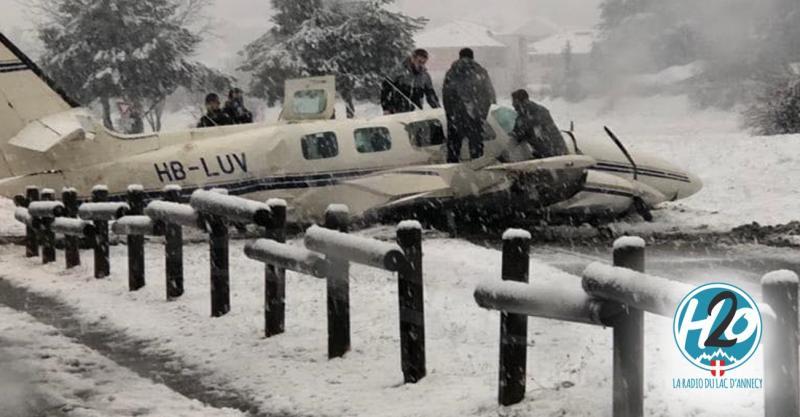 H2o Radio Annecy Un Avion Fait Une Sortie De Piste A L Aeroport Annecy Mont Blanc